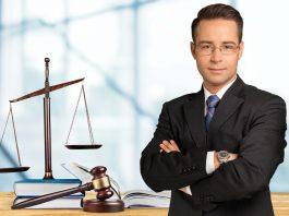 Ile zarabia prawnik